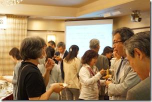 日本ガラス工芸学会創立40周年記念祝賀会 歓談中 渋谷氏・池本氏